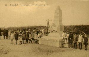 Bernard nous décrit le monument aux victimes de la guerre à Mignault